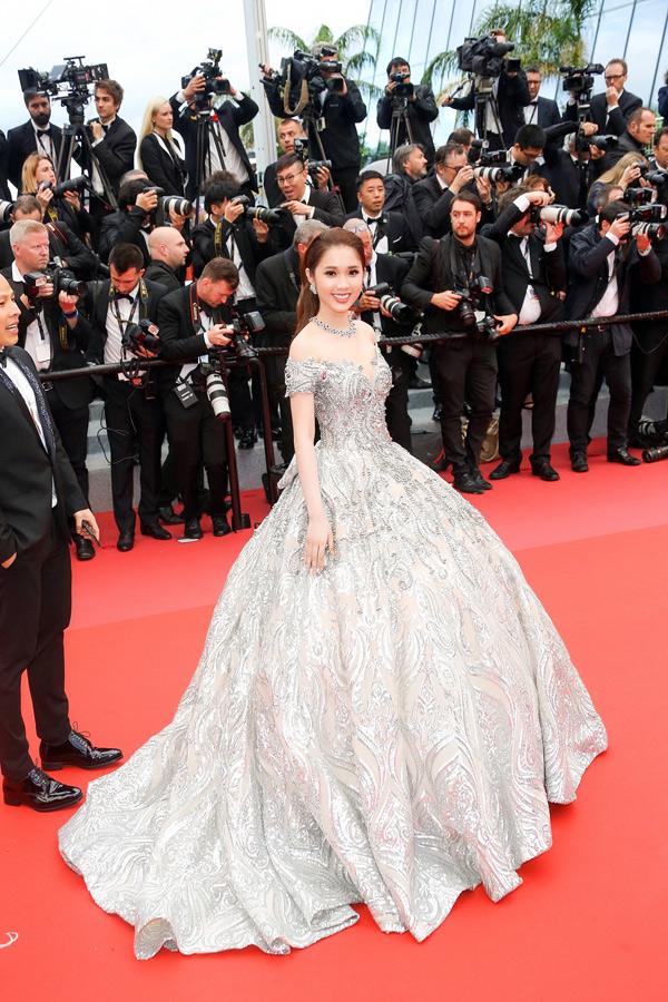 Nữ diễn viênphim Sói trắng mặc váy công chúa của nhà thiết kế Chung Thanh Phong, khoe nhan sắc rạng ngời trên thảm đỏ.