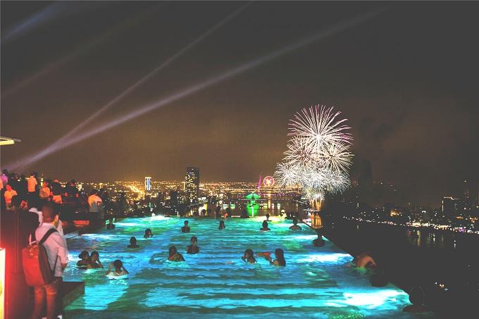 Hình ảnh bể bơi vô cực dát vàng về đêm. Tại đây, du khách có thể ngắm toàn cảnh thành phố Đà Nẵng cũng như chiêm ngưỡng pháo hoa.