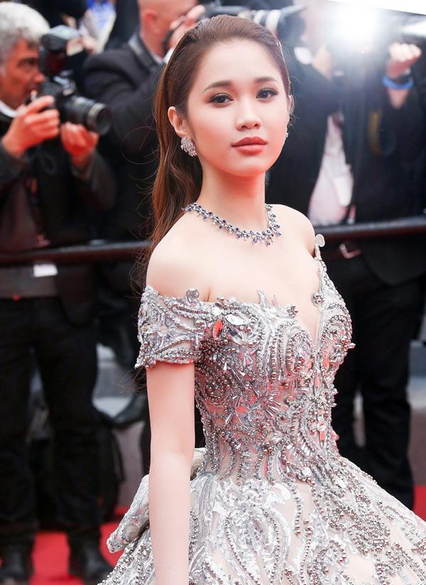 Quỳnh Hương đeo bộ trang sức hàng hiệu trị giá tới 30 tỷ đồng dự LHP Cannes.