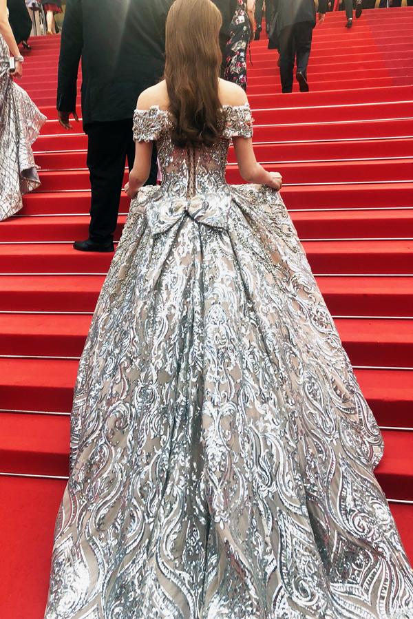 Trang phục dài quét đất và khá nặng khiến cô khó di chuyển trên các bậc cầu thang của sự kiện.