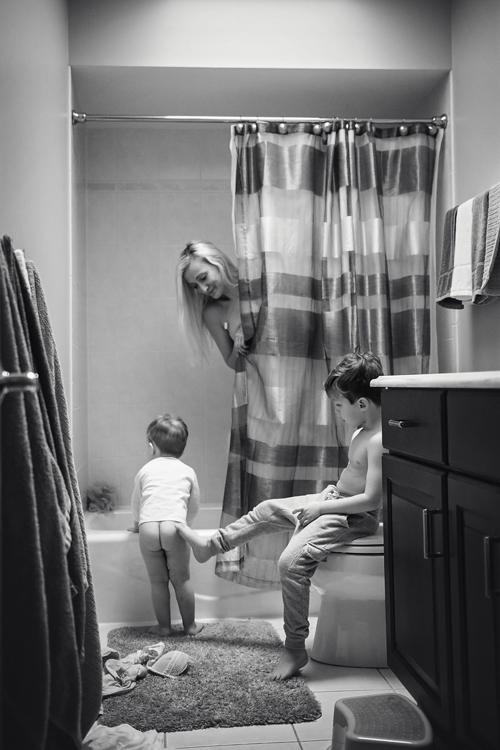 Thảnh thơi tắm táp trong sự yên bình khi có con dường như là điều xa xỉ.