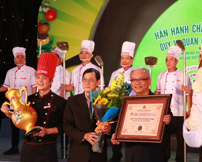 Đại diện Tổ chức kỷ lục Việt Nam trao chứng nhận cho đại diện Công ty Cổ phần Hữu hạn Vedan