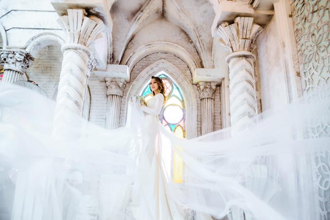 Váy đuôi cá cũng thường được các cô dâu lựa chọn khi chụp ảnh cưới ở những bối cảnh mang hơi hướngchâu Âu hay muốn nhấn mạnh sự sang trọng.