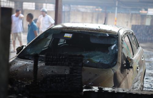 Xe ô tô bị lửa thiêu rụi. Ảnh: Anh Thư.