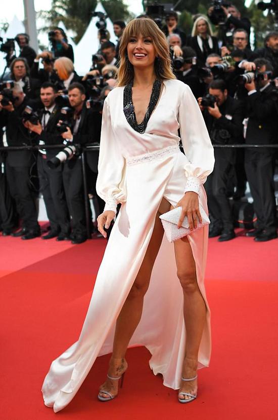 Petra Nemcova khoe dáng trên thảm đỏ Cannes ngày 14/5 trong bộ đầm có thiết kế phóng khoáng. Kiểu váy xẻ cao khiến người mặc luôn dễ bị gặp sự cố lộ hàng nhưng dường như Petra không mấy bận tâm.