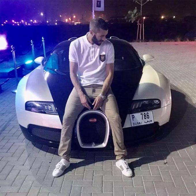 Benzema chụp bên cạnh Bugatti Veyron ở Dubai.