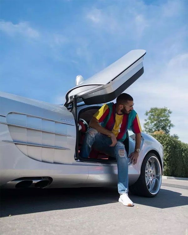 Benzema khoe siêu xe sản xuất giới hạnMercedes Benz-SLR có giá 750 nghìn bảng. Xế hộp có biệt danh Mũi tên bạc đạt tốc độ cao sau thời gian ngắn kỷ lục.