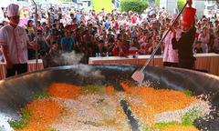Hai mươi đầu bếp thực hiện chảo cơm chiên lớn nhất Việt Nam