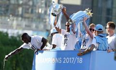 Man City diễu hành trên phố cùng hai Cup