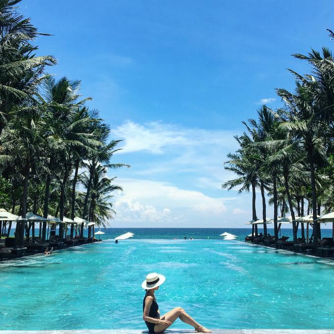 Đây không phải năm đầu tiên bể bơi ở khu resort này lọt vào danh sách trên. Nằm trên bờ biển Hà My đẹp bậc nhất châu Á, bể bơi vô cựctrong khu nghỉ hướng ra biển nước xanh trong chẳng kém màu nước biển, đem lại trải nghiệm tuyệt vời dành cho du khách. Khu nghỉ cáchbân bay quốc tế Đà Nẵng 30 phút lái xe. Phố cổ Hội An cách đó 10 phút lái xe.