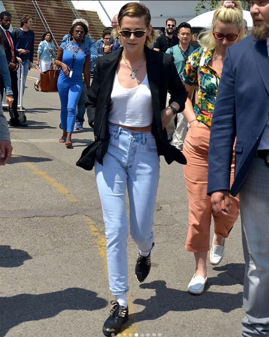 Khi không lên thảm đỏ, Kristen mặc trang phục thoải mái. Quần jean,áo crop-top và giày sneakerluôn là những món đồ yêu thích của người đẹp 28 tuổi.