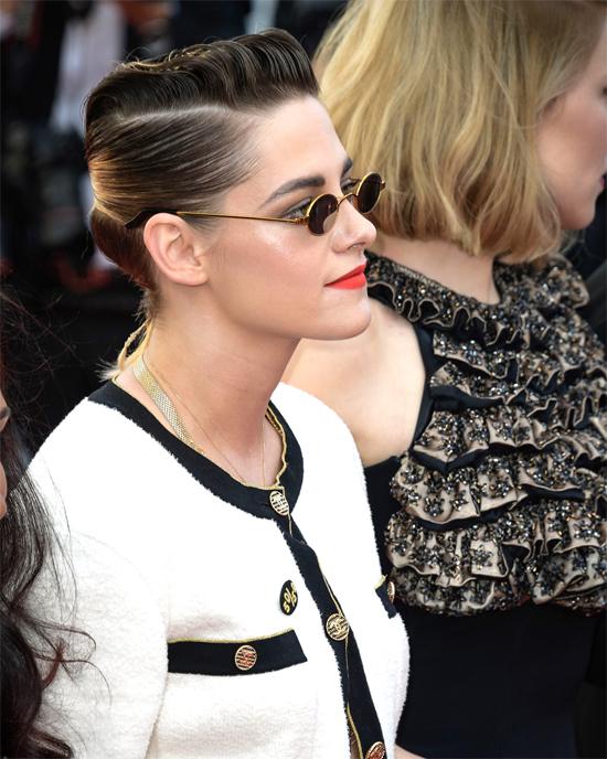 Ngày 12/5, Kristen cùng 81 sao nữ lên thảm đỏ diễu hành để phản đối tình trạng bất bình đẳng giới trong ngành công nghiệp điện ảnh nói chung vàliên hoan phim nói riêng.