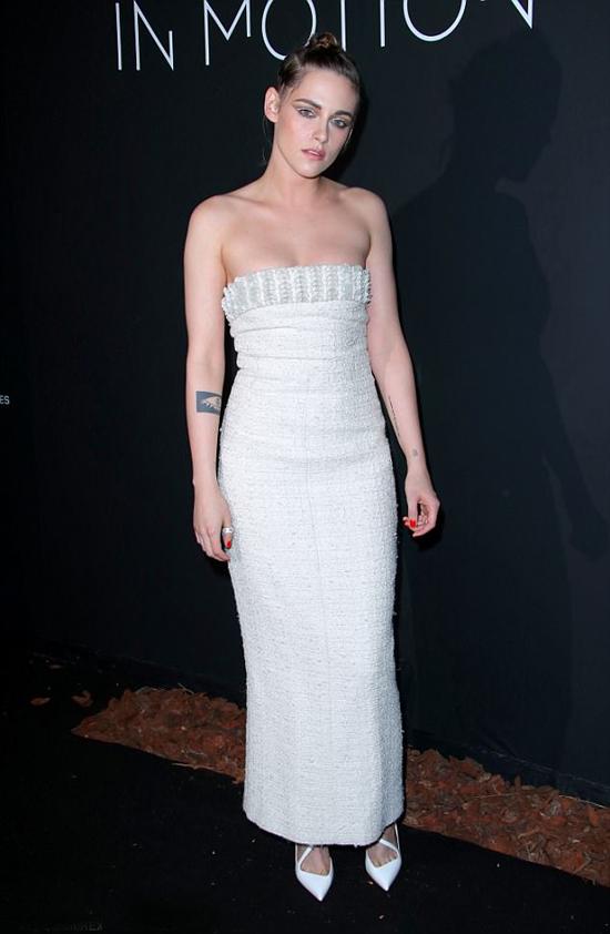 Ngày hôm sau, Kristen lại biến đổi với vẻ gợi cảm, nữ tínhtrong buổi tiệc ở Cannes.