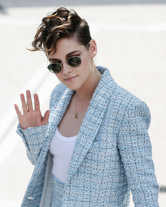 Ngày 8/5, Kristen Stewartcùng ban giám khảo LHP Cannes 2018 ra mắt báo giới. Cô trang điểm và mặc vestchỉn chu, lịch sự màvẫn toát lên sựtrẻ trung.