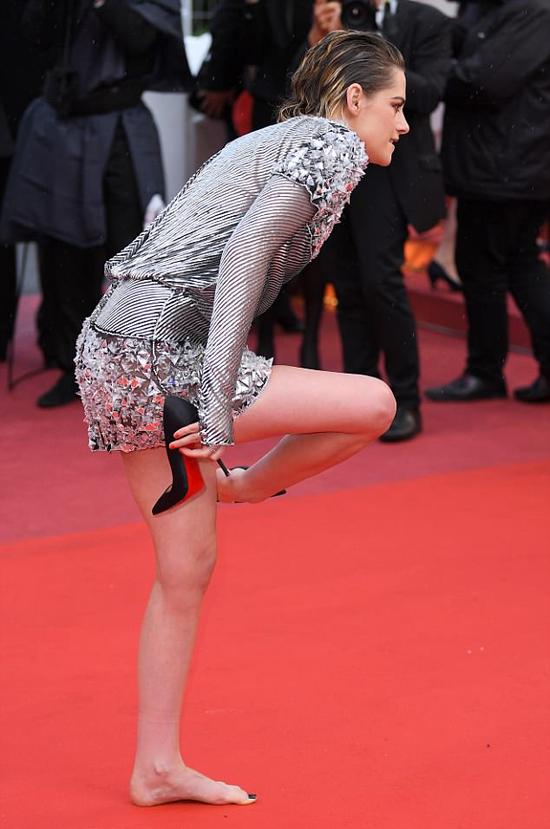 Không rõ nữ diễn viên Chạng vạng cảm thấy khó chịu với đôi giày đế nhọn hay bởi cô muốn phản đối quy tắc rập khuôn của ban tổ chức liên hoan phim. Dù luật không viết thành văn bản nhưng ban tổ chức chỉ cho phép các người đẹp đi giày cao gót vào thảm đỏ.