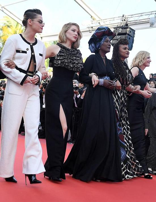 Một ngày trước đó, nữ diễn viên Hollywood cùng 81 sao nữ khác khoác tay nhau diễu hành trên thảm đỏ để phản đối tình trạng bất bình đẳng giới tại liên hoan phim khi có quá ít phim của các đạo diễn nữ được lọt vào danh sách tranh giải Cành cọ vàng.