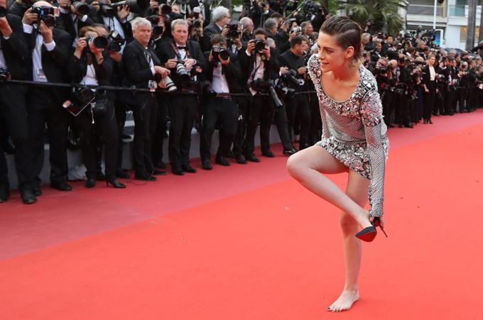 Năm 2016, các nhân viên an ninh đã từ chối cho một nhóm diễn viên trên 50 tuổi bước vào  thảm đỏ vì đi giày bệt. Hành động này đã bị nhiều người lên tiếng chỉ trích. Năm ngoái, một số sao nữ đã công khai phản đối bằng cách đi giày bệt và nữ diễn viên Julia Roberts còn đi chân đất tới buổi công chiếu phim của cô.