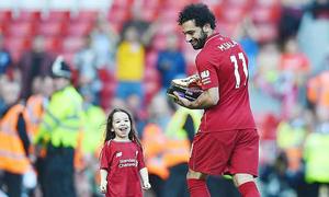 'Cướp' bóng của con gái, Salah bị fan la ó