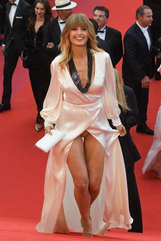 Người mẫu Czech lộ nội y trên thảm đỏ Cannes - 2