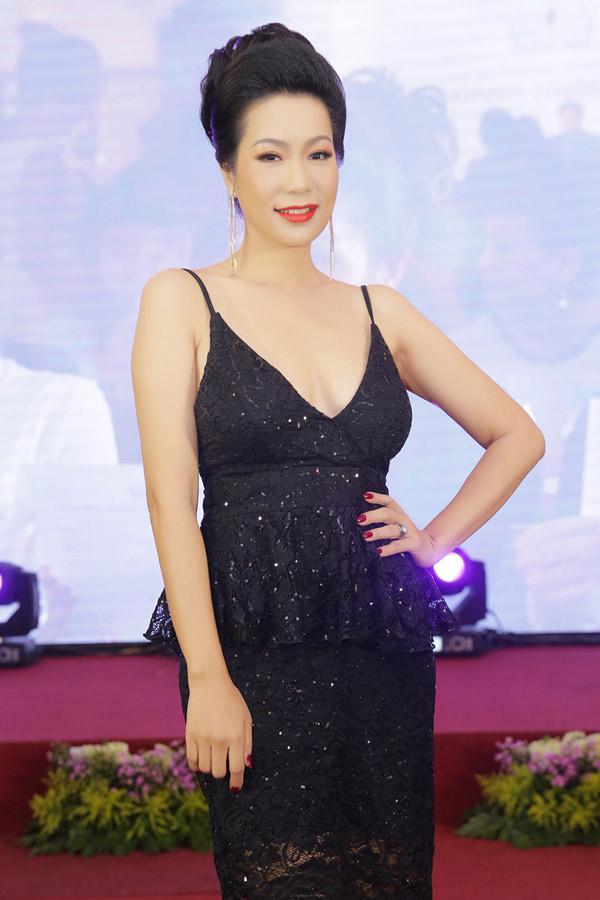 Bộ váy ren đen trễ cổ sâu giúp Á hậu Việt Nam 1994 khoe vòng một lấp ló.