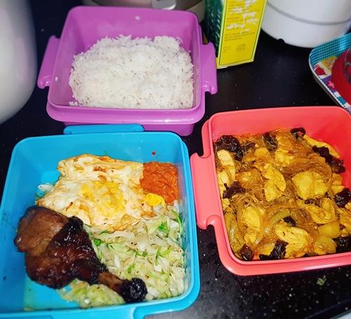 Một tuần chị Lâm chuẩn bị cơmcho chồng mang đi làm hai lần vào những ngày anh làm ca trưa. Vì thời điểm này đang là tháng Ramadan(tháng thứ 9 của âm lịch Ả rập, hay còn gọi là Tháng nhịn chay), phải ăn sáng trước 5h và nhịn đói đến 19h nên chị thường chuẩn bị đồ ăn từ tối hôm trước. Thực đơn chị nấucho chồng thường là thịt gà/ bò, rau, trứng và một số món ăn truyền thống của đạo Hồi.
