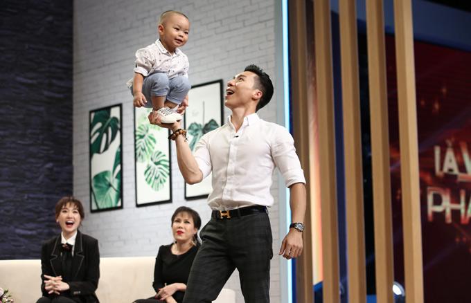 Nghệ sĩ xiếc khiến mọi người sợ thót tim khi biểu diễn nâng con trai lên bằng một bàn tay.