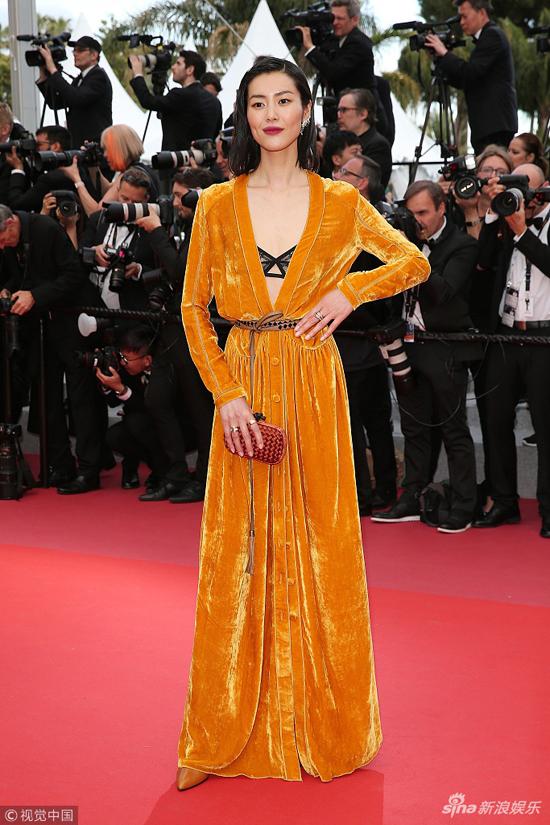 Ngày thứ 7 của Cannes 2018, dàn sao châu Á tiếp tục phong tỏa thảm đỏ với phong cách thời trang đa dạng. Xuất hiện tại buổi chiếu Solo: Star Wars ngoại truyện, người mẫu Lưu Văn (Liu Wen) khoe dáng vóc đẹp hoàn hảo trong một thiết kế sắc vàng mù tạtrực rỡ.