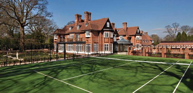 Justin Bieber chỉ vừa chuyển đến sống tại biệt thự đẹp lung linh trong khu phố giàu có ở Bắc London. Toàn bộ khu đất này rộng 1 ha gồm tòa biệt thự phong cách cổ kính, sân tennis, bể bơi trong nhà, vườn cây...
