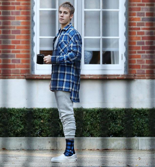 Justin được trông thấy bên ngoài ngôi nhà mới hôm 15/5.