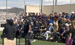 Iniesta lao ra cứu khán giả gặp nạn vì khán đài đổ sụp