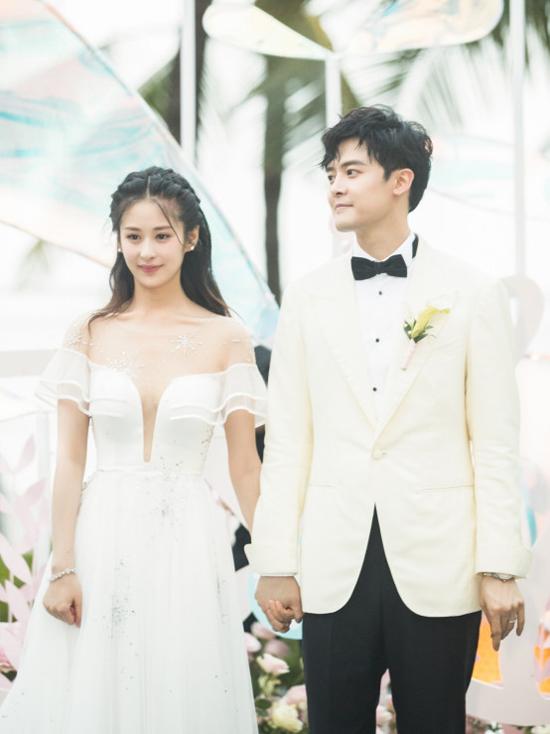 Chiều qua 15/5, đám cưới của Dĩnh Nhi và tài tử Phó Tân Bác diễn ra tại Bali, trong không khí lãng mạn. Đôi uyên ương trong trang phục cưới hiện đại ton sun ton dắt tay nhau vào lễ đường, cùng thề nguyện, trao nhẫn cưới và hứa hẹn sẽ yêu thương nhau mãi mãi.
