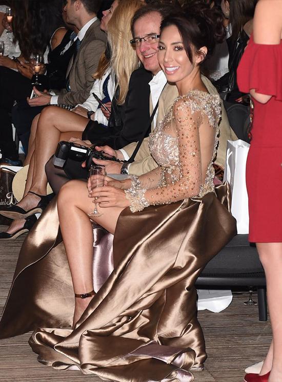 Farrah ngồi hàng đầu xem show thời trang.
