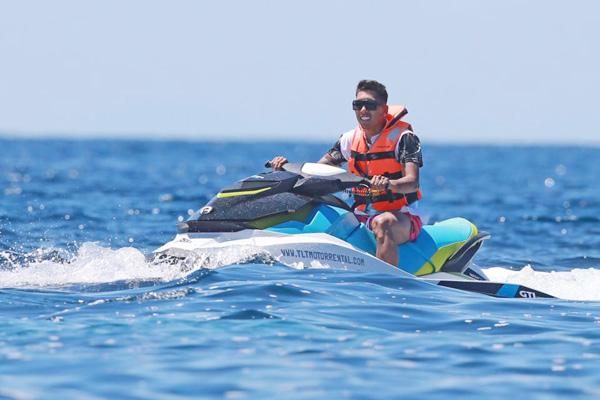 Firmino xả hơi với motor nước trong kỳ nghỉ.