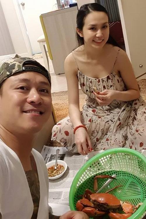 Vợ chồng Tuấn Hưng cùng nhau thưởng thức hải sản tại nhà.
