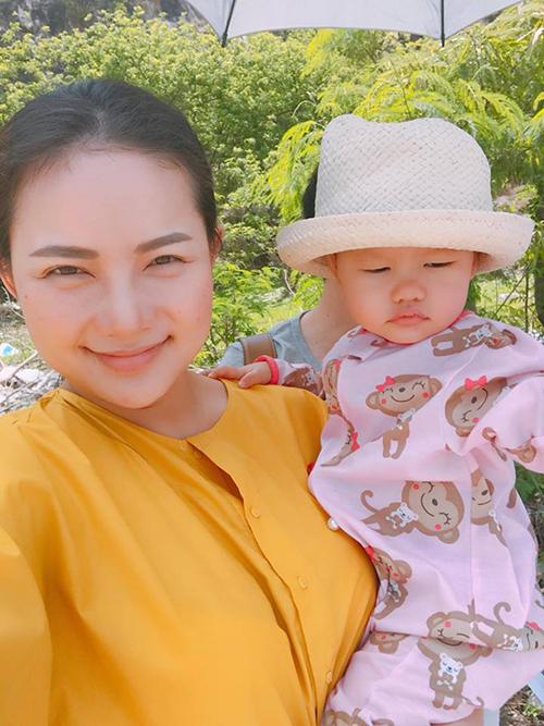 Gia đình Phan Như Thảo đưa con gái xuống Vũng Tàu thay đổi không khí. Cô viết: Nắng quá Vũng Tàu ơi, mở mắt không có lên nên đã hí nay còn hí hơn.