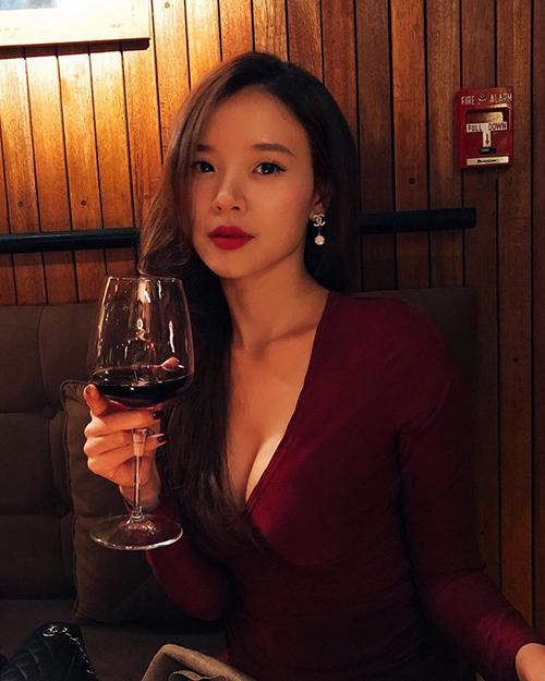 Midu diện đầm xẻ ngực sâu, lộ vòng 1 căng đầy. Cô chia sẻ: Phụ nữ cũng như rượu vang, các anh cẩn thận không khéo lại say đấy.