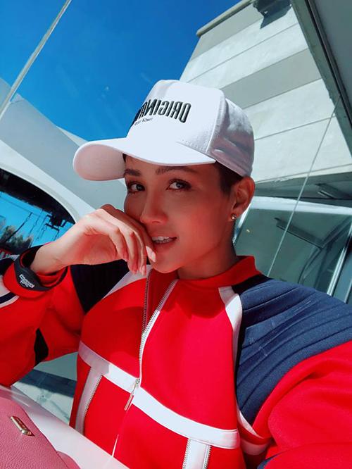 Hoa hậuhậu HHen Niê vẫn đang ở New Zealand trong chuyến công tác. Cô viết: Không quan tâm ai làm bạn buồn chỉ quan tâm hôm nay nắng đẹp và Hen phải thưởng thức chúng.