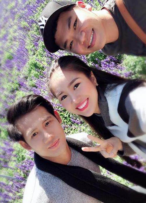 Vợ chồng Lê Phương - Trung Kiên và diễn viên Thanh Thức tới thăm vườn hoa tím ở Đà Lạt. Nữ diễn viên bình luận: Chúng tui đang ở một nơi rất xa, nơi không có khói bụi thành phố.