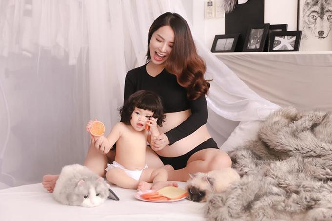 Hải Băng lưu lại hình ảnh ngọt ngào khi mang thai ở những tháng cuối. Cô khoe bụng bầu lớn bên con gái.