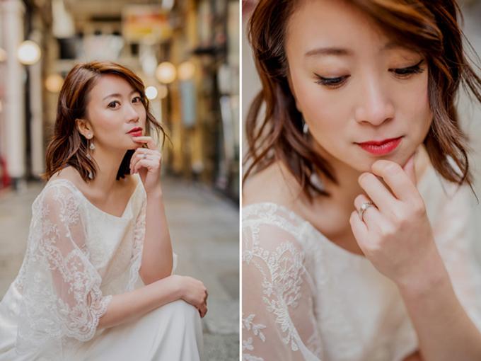 Cô dâu trang điểm tone đỏ hài hòa cùng ý tưởng tổng thể của lễ cưới.