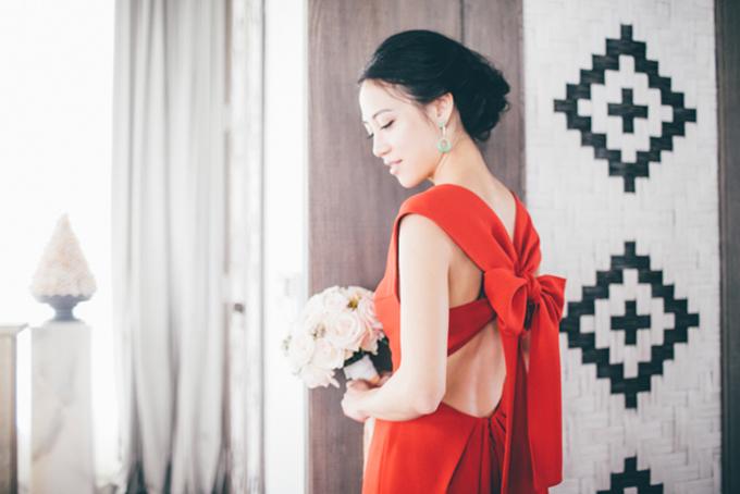 Màu đỏ chưa bao giờ lỗi mốt trong đám cưới hiện đại. Cô dâu trông thật rạng rỡ khi khoác lên mình bộ váy cưới đỏ đậm với chiếc nơ to bản sau lưng.