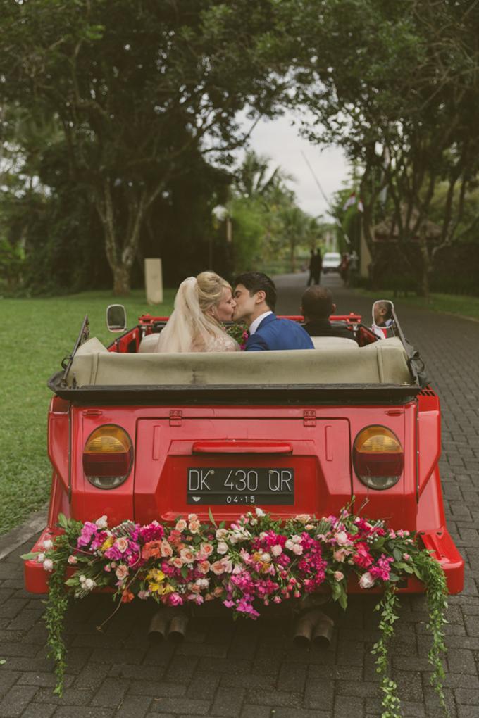 Chiếc xe rước dâu độc đáo với tông màu đỏ sẽ giúp tân lang tân nương trở thành tâm điểm chú ý trên đường phố.