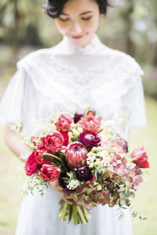 Một bó hoa cưới được kết từ cẩm tú cầu màu đỏ, hoa đồng tiền, mẫu đơn, hồng, hoa tường vi sẽ là lựa chọn hoàn hảo.