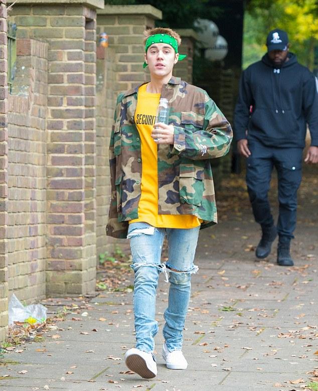 Nam ca sĩ chạy tập thể dục trong khu phố này vào tuần trước. Theo nguồn tin tiết lộ trên MailOnline, Justin thuê biệt thự này trong một thời gian dài và sẽ phân chia thời gian ở hai nơi, London (Anh) và Los Angeles (Mỹ). Giá thuê mỗi tháng là 108.000 bảng Anh (132.000 USD hay 3,3 tỷ đồng). Tiền thuê nhà 2 tháng ở đây đủ để mua một ngôi nhà bình thường ở Anh.