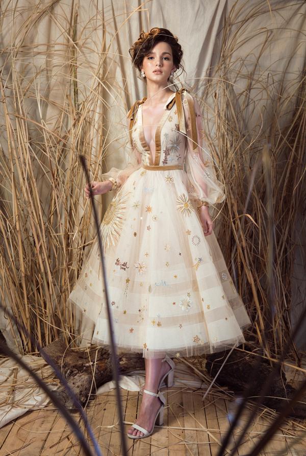 Trong các thiết kế cổ điển với dáng peplum hay đầm xoè chữ A của nhà mốt Lê Thanh Hoà, nàng hoa hậu Nga Aibedullina Talliya như hoá thành nàng công chúa cổ tích đầy lãng mạn và quyến rũ.