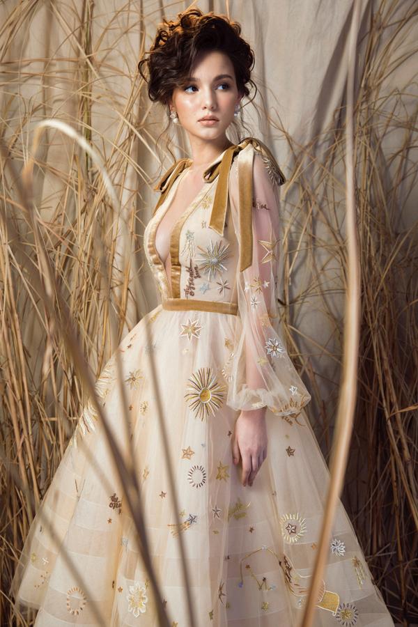 Trong kiểu đầm với phần váy xoè cổ điển ứng dụng kĩ thuật thêu Tambour trên nền vải lưới mỏng, kết hợp cùng chất liệu vải nhung tạo sự tương phản. Hoa hậu Aibedullina Talliya như hoá thành nàng công chúa cổ tích đầy lãng mạn