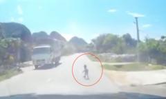Tài xế kịp dừng xe khi phát hiện bé 18 tháng bò ngang quốc lộ