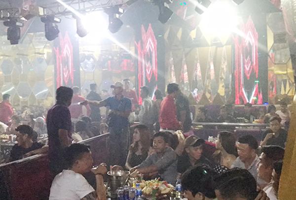 Vũ nữ thoát y trong karaoke phục vụ khách Hàn ở Sài Gòn - 1