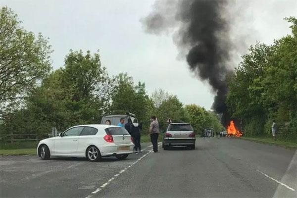 Xe của Samuel bốc cháy dữ dội tại hiện trường tai nạn.