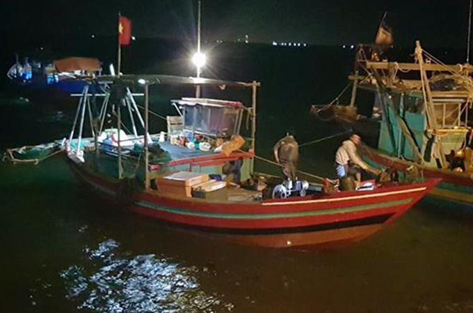 Tàu cá của anh Ninh đã đưa thi thể vào bờ. Ảnh: Hùng Lê